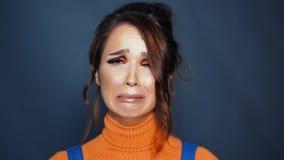 Νέα γυναίκα λυπημένη και που φωνάζει Γυναίκα στην κατάθλιψη Ανθρώπινες αρνητικές εκφράσεις απόθεμα βίντεο