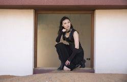 Νέα γυναίκα μέσα σε ένα εγκαταλειμμένο σπίτι στοκ εικόνες