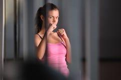Νέα γυναίκα μαχητών Στοκ φωτογραφία με δικαίωμα ελεύθερης χρήσης