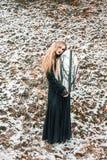 Νέα γυναίκα με έναν καθρέφτη υπαίθριο Στοκ Εικόνα