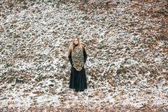 Νέα γυναίκα με έναν καθρέφτη υπαίθριο Στοκ φωτογραφίες με δικαίωμα ελεύθερης χρήσης