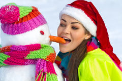 Νέα γυναίκα με έναν χιονάνθρωπο Στοκ Εικόνες