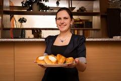Νέα γυναίκα με ένα διπλό πηγούνι με τα κέικ Στοκ Φωτογραφία