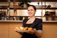 Νέα γυναίκα με ένα διπλό πηγούνι με τα κέικ Στοκ Φωτογραφίες