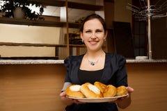 Νέα γυναίκα με ένα διπλό πηγούνι με τα κέικ Στοκ φωτογραφία με δικαίωμα ελεύθερης χρήσης