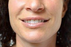Νέα γυναίκα με ένα καλό αισθησιακό χαμόγελο Στοκ εικόνες με δικαίωμα ελεύθερης χρήσης