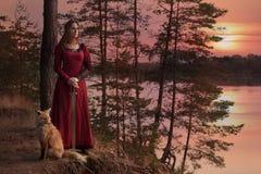 Νέα γυναίκα με ένα ξίφος Στοκ εικόνες με δικαίωμα ελεύθερης χρήσης