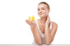 Νέα γυναίκα με ένα ποτήρι του χυμού από πορτοκάλι που απομονώνεται στοκ φωτογραφία