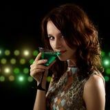 Νέα γυναίκα με ένα πράσινο κοκτέιλ στοκ εικόνα με δικαίωμα ελεύθερης χρήσης
