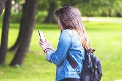 Νέα γυναίκα με ένα τηλέφωνο Παραγωγή Smartphone Στοκ εικόνα με δικαίωμα ελεύθερης χρήσης