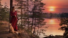 Νέα γυναίκα με ένα τόξο και ένα βέλος στοκ εικόνες