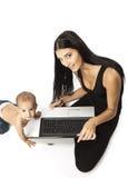Νέα γυναίκα με ένα lap-top και αυτή λίγος γιος Στοκ φωτογραφία με δικαίωμα ελεύθερης χρήσης