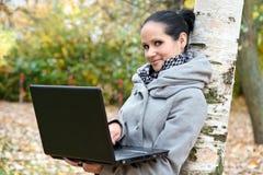 Νέα γυναίκα με ένα lap-top Στοκ Εικόνες