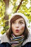 Νέα γυναίκα με μια έκπληκτη έκφραση του προσώπου, αναδρομική φωτογραφία filt Στοκ Φωτογραφίες