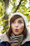 Νέα γυναίκα με μια έκπληκτη έκφραση του προσώπου στο πάρκο φθινοπώρου Στοκ φωτογραφία με δικαίωμα ελεύθερης χρήσης