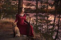 Νέα γυναίκα με μια αλεπού Στοκ Φωτογραφίες