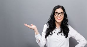 Νέα γυναίκα με μια χειρονομία χεριών επίδειξης Στοκ Φωτογραφίες