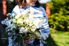 Νέα γυναίκα με μια όμορφη ανθοδέσμη λουλουδιών γενεθλίων στοκ εικόνες