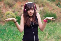 Νέα γυναίκα με τα ακουστικά στοκ φωτογραφίες με δικαίωμα ελεύθερης χρήσης
