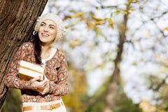 Νέα γυναίκα με τα βιβλία Στοκ Εικόνες