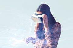 Νέα γυναίκα με τα γυαλιά εικονικής πραγματικότητας σύγχρονες τεχνολογίες Η έννοια της μελλοντικής τεχνολογίας στοκ εικόνες με δικαίωμα ελεύθερης χρήσης