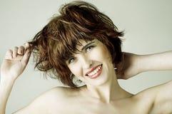 Νέα γυναίκα με τα καφετιά κοντά τριχώματα στοκ φωτογραφία με δικαίωμα ελεύθερης χρήσης