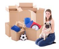Νέα γυναίκα με τα καφετιά κουτιά από χαρτόνι και σκυλί που απομονώνεται στο λευκό Στοκ εικόνα με δικαίωμα ελεύθερης χρήσης