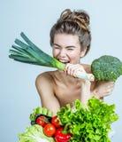 Νέα γυναίκα με τα λαχανικά στοκ φωτογραφίες με δικαίωμα ελεύθερης χρήσης