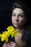 νέα γυναίκα με τα λουλούδια στοκ εικόνα με δικαίωμα ελεύθερης χρήσης