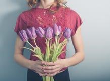 Νέα γυναίκα με τα νεκρά λουλούδια Στοκ φωτογραφία με δικαίωμα ελεύθερης χρήσης