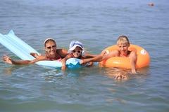 Νέα γυναίκα με τα παιδιά εν πλω στοκ φωτογραφία με δικαίωμα ελεύθερης χρήσης