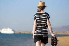 Νέα γυναίκα με τα σανδάλια στα χέρια Στοκ φωτογραφία με δικαίωμα ελεύθερης χρήσης