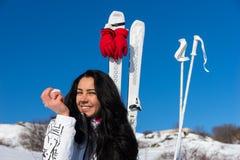 Νέα γυναίκα με τα σκι που τρώει τη Apple στη βουνοπλαγιά Στοκ Εικόνες