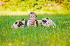 Νέα γυναίκα με τα σκυλιά της στοκ φωτογραφία με δικαίωμα ελεύθερης χρήσης