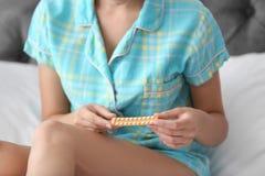 Νέα γυναίκα με τα χάπια ελέγχου των γεννήσεων, κινηματογράφηση σε πρώτο πλάνο στοκ εικόνες