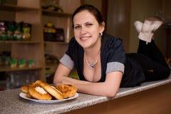 Νέα γυναίκα με τα όμορφα στήθη στο φραγμό με τις πίτες Στοκ εικόνες με δικαίωμα ελεύθερης χρήσης
