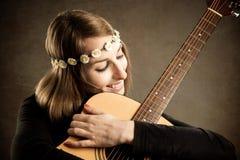 Νέα γυναίκα με την ακουστική κιθάρα στοκ εικόνα με δικαίωμα ελεύθερης χρήσης