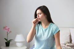 Νέα γυναίκα με την αλλεργία στοκ εικόνες με δικαίωμα ελεύθερης χρήσης