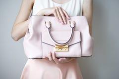 Νέα γυναίκα με την ανοικτό ροζ τσάντα, ρομαντικό περιστασιακό ύφος Στοκ φωτογραφία με δικαίωμα ελεύθερης χρήσης