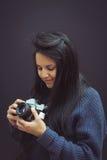 Νέα γυναίκα με την εκλεκτής ποιότητας αναλογική κάμερα στοκ φωτογραφία με δικαίωμα ελεύθερης χρήσης