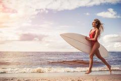 Νέα γυναίκα με την ιστιοσανίδα στοκ φωτογραφίες