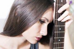 Νέα γυναίκα με την κιθάρα Στοκ εικόνα με δικαίωμα ελεύθερης χρήσης