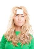 Νέα γυναίκα με την κολλώδη σημείωση για το forehe της Στοκ φωτογραφία με δικαίωμα ελεύθερης χρήσης