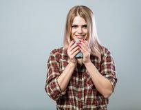 Νέα γυναίκα με την κούπα Στοκ Φωτογραφίες