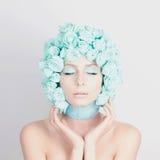 Νέα γυναίκα με την μπλε τρίχα λουλουδιών Στοκ εικόνα με δικαίωμα ελεύθερης χρήσης