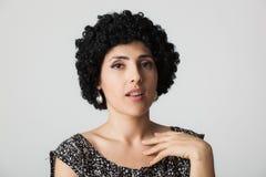 Νέα γυναίκα με την περούκα Στοκ Φωτογραφίες