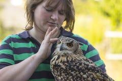 Νέα γυναίκα με την πιαμένη κουκουβάγια Scops Στοκ εικόνες με δικαίωμα ελεύθερης χρήσης