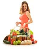 Νέα γυναίκα με την ποικιλία των προϊόντων παντοπωλείων στοκ εικόνες