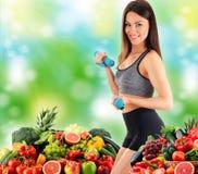 Νέα γυναίκα με την ποικιλία των οργανικών λαχανικών και των φρούτων στοκ εικόνες