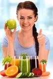 Νέα γυναίκα με την ποικιλία των χυμών λαχανικών και φρούτων στοκ εικόνες με δικαίωμα ελεύθερης χρήσης